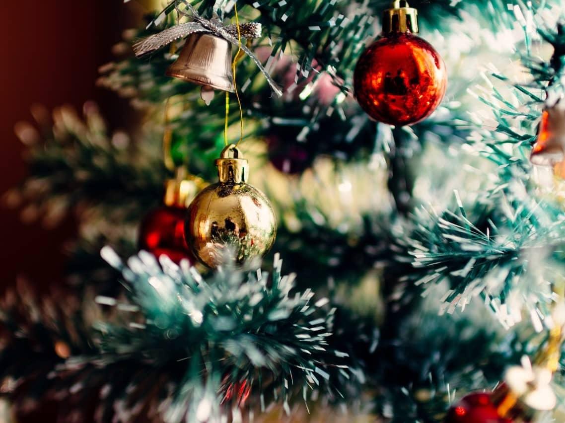 Ein geschmückter Tannenbaum mit hübschen Christbaumkugeln.