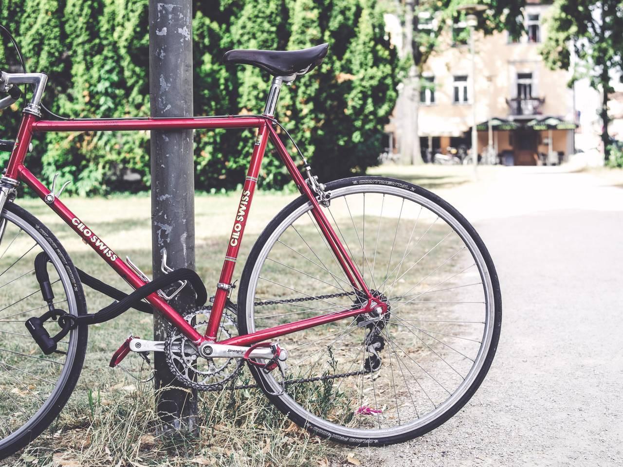 Fahrrad in einer grünen Stadt. Urbane Mobilität.